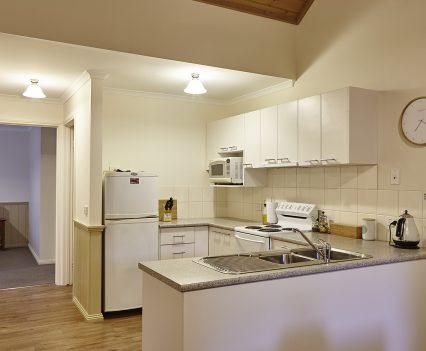 Alpine Valley Maple One Bedroom Cottage kitchen