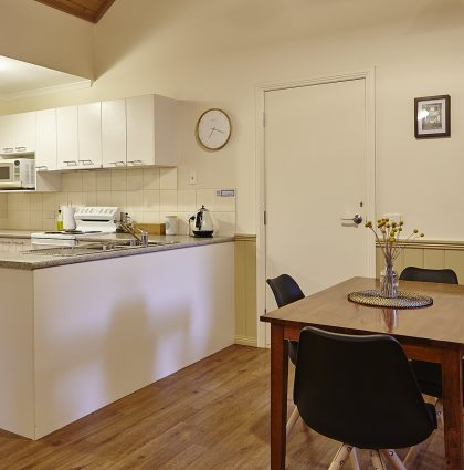 Alpine Valley Maple One Bedroom Cottage dining and kitchen